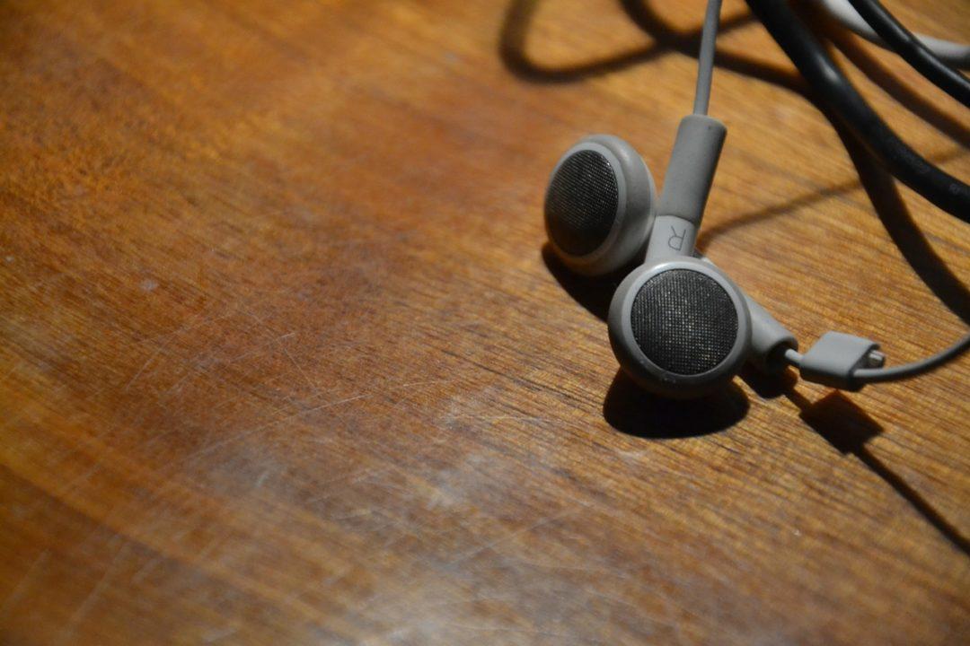 耳をふさがないイヤホンなら「聴く」と「聞く」が両立できる